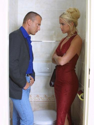 Mooie jonge blondine op toilet