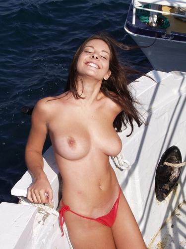 Meisje met grote borsten is geil geworden