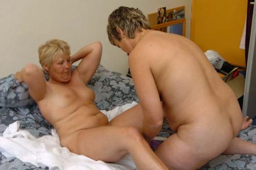 Grote dildo's in de kutten van de lesbische huisvrouwen