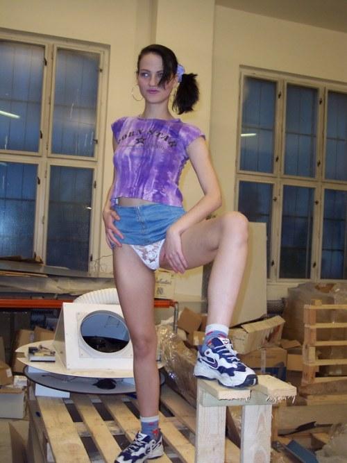 Meisje stript in de werkplaats