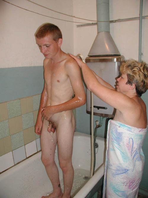 Moeder wast haar zoon