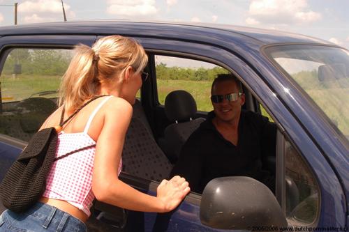 Meisje stapt in auto van raper